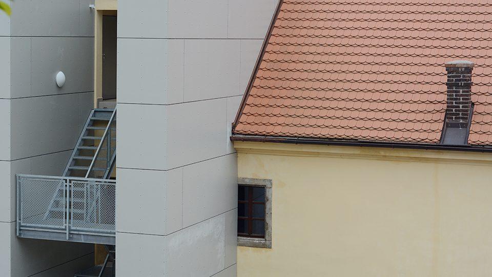 Nové schodiště zakrylo část okna