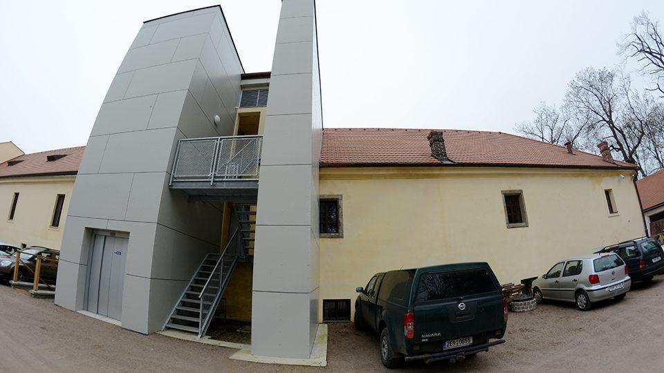K budově přibylo schodiště a výtah, ubylo okno