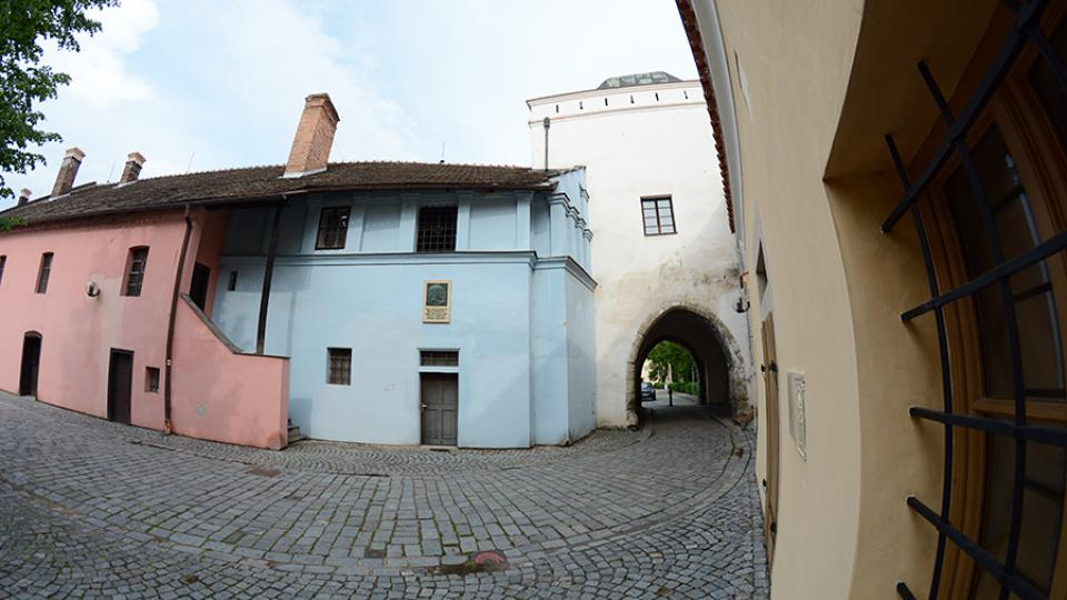 Pohled na dům č.p. 6 s věží, kterou je možné projít k zámku