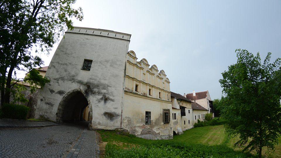 Pohled na dům s věží od zámku