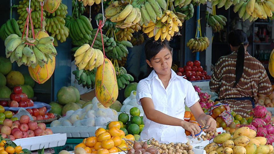 Prodavačka ovoce na trhu v Kambodži