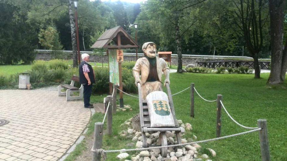 Špindlerův Mlýn - socha mlynáře v městském parku na břehu Labe