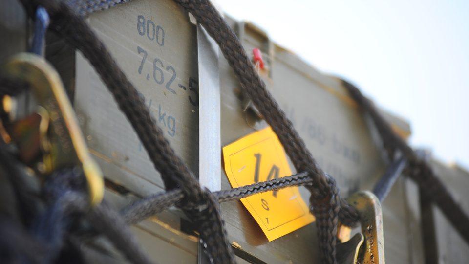 Munice, kterou kanadští vojáci vezou z Pardubic do Iráku