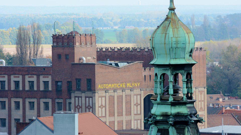 Vyhlídka ze Zelené brány za Automatické mlýny, budovu ČRo Pardubice a věž radnice