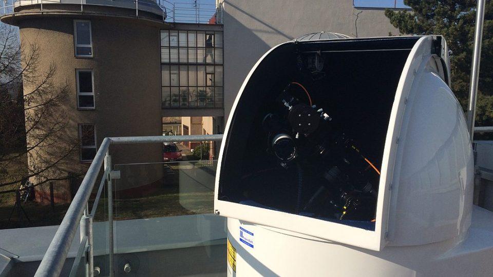 Robotický dalekohled předvádí nové planetárium v Hradci Králové