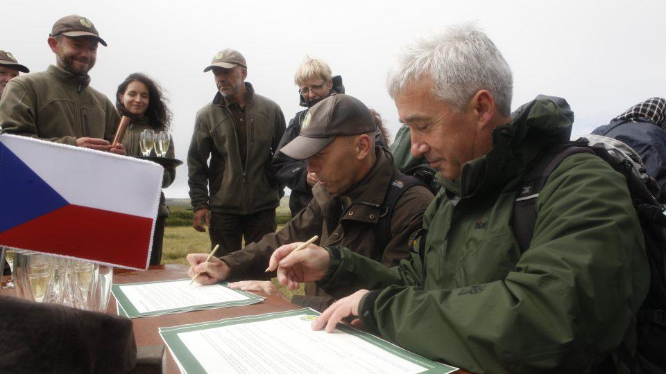 Jan Hřebačka při podpisu smlouvy
