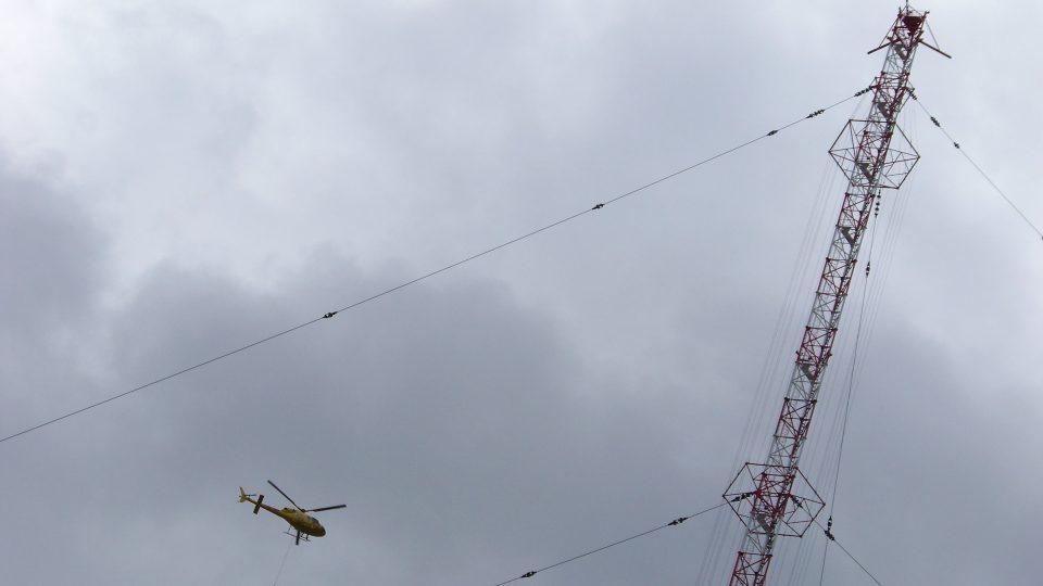 Natáčení seriálu Sanitka 2 - záchranáři a piloti LZS HK létali na všech leteckých záběrech v seriálu včetně nejsložitější scény vyprošťování basejumpera, uvízlého vysoko na anténě v Liblicích u Českého Brodu.