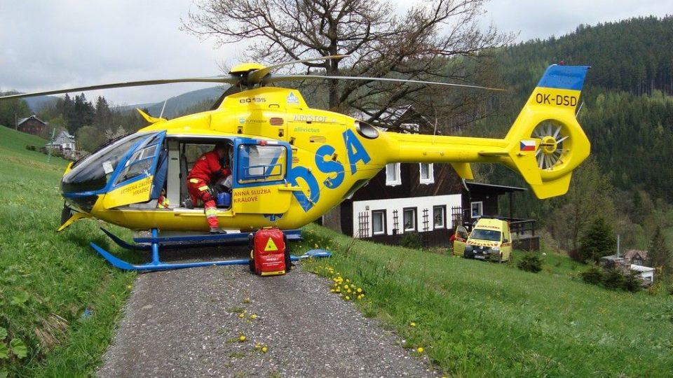 Přistání vrtulníku LZS při ošetřování pacienta v domácím prostředí
