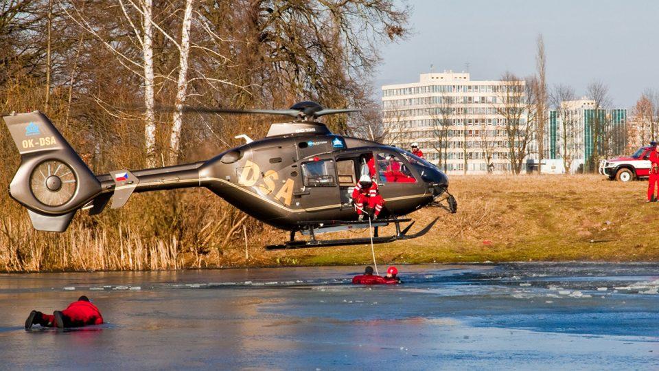 Výcvik speciálních leteckých činností - záchrana  tonoucího z ledu