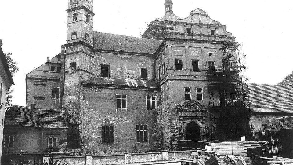 Zámek Pardubice před rekonstrukcí v roce 1993