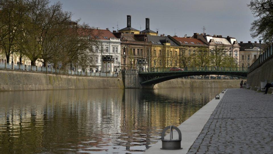 Regulované Labe v centru s náplavkou a Pražským mostem