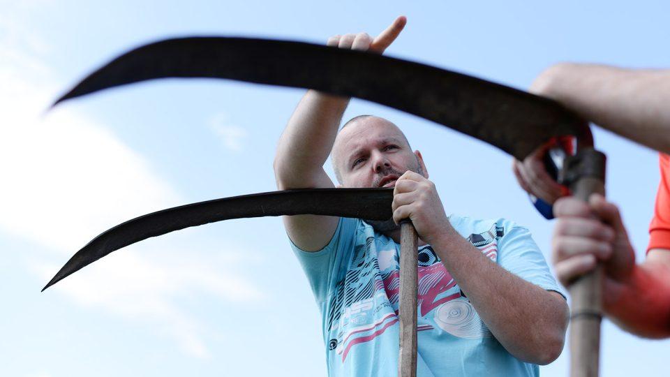 Dobrovolný sekáč Michal Jinoch ukazuje svůj rajón