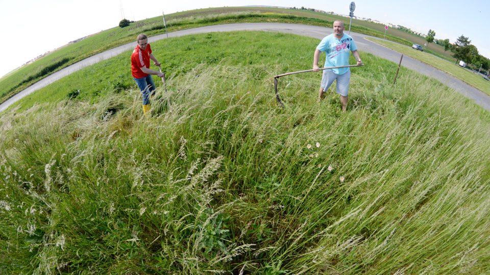 Redaktor Josef Kopecký si zkusil, že sekání přerostlé trávy na nerovném terénu není legrace. Michalu Jinochovi to ale nevadí