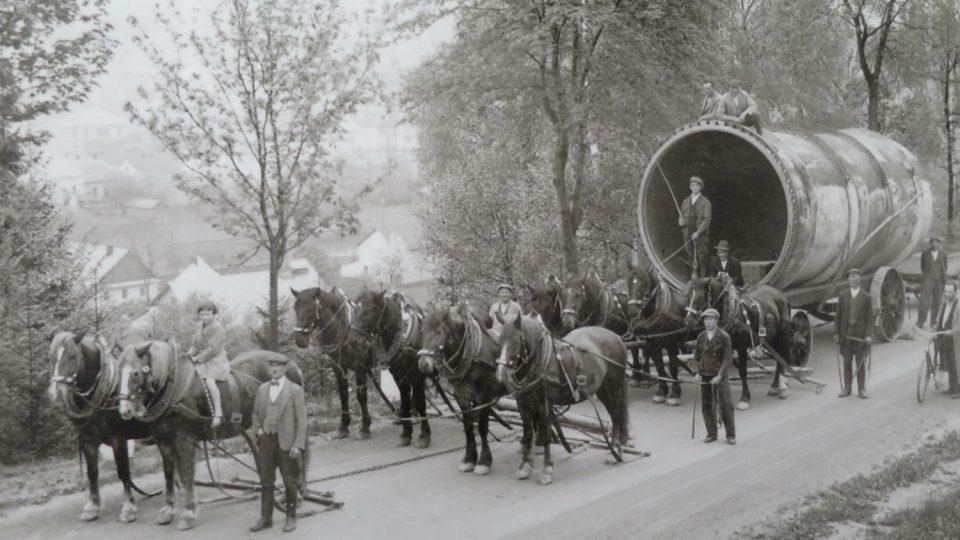Historická fotografie stavby přehrady Pastviny