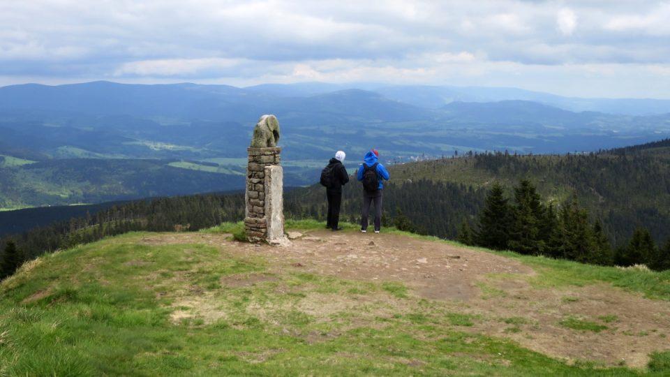Turisté u kamenného slůněte na Kralickém Sněžníku
