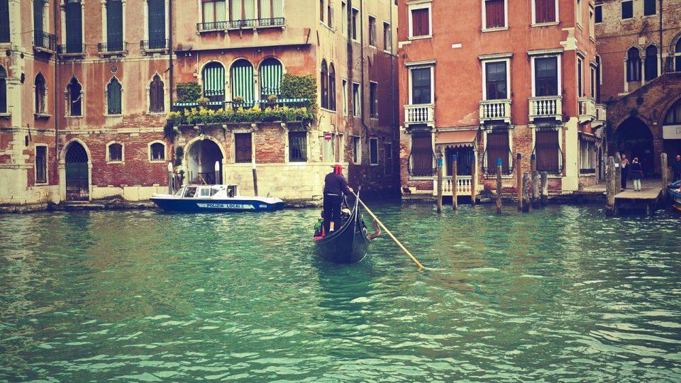 Benátky by, i přes svá současná sofistikovaná a velmi nákladná protipovodňová opatření, pohřbily mořské vlny navždy..jpg