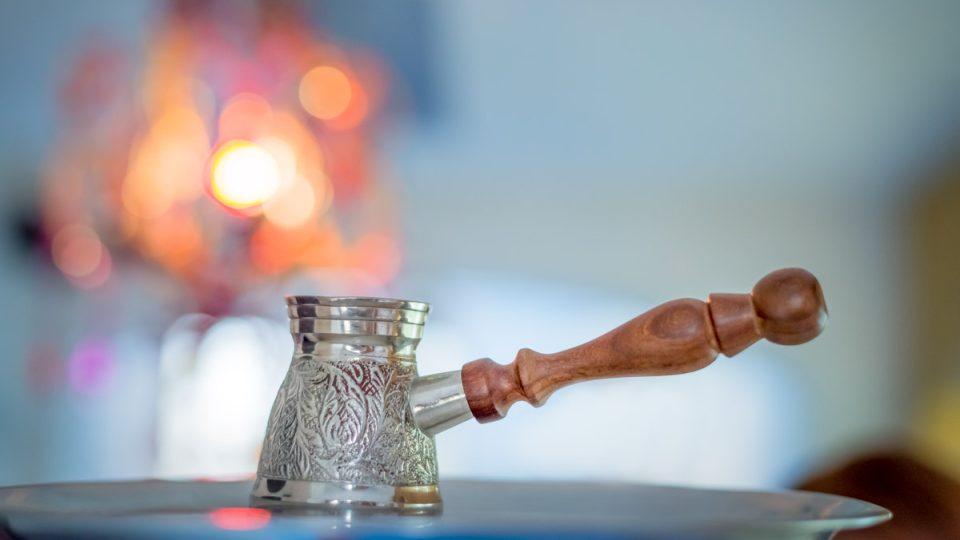 Džezva je kovová nádobka s dlouhou rukojetí pro přípravu arabské kávy