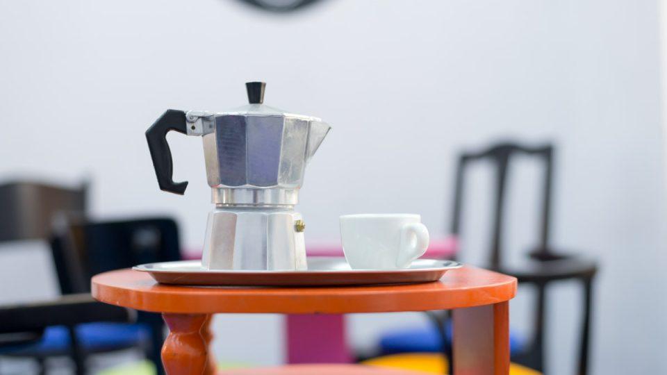 Moka konvička je založená na principu přípravy espressa - voda prochází přes kávu pod tlakem
