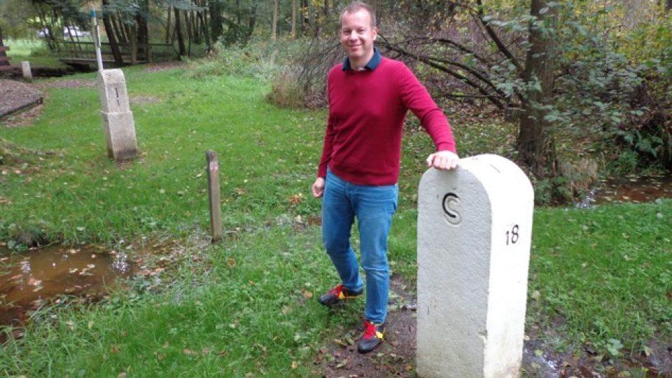 Michal Žák u hraničního patníku na bývalém trojmezí mezi ČSSR, NSR a NDR