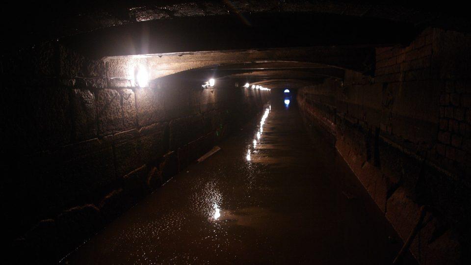 Přes osmdesát metrů dlouhý odpadní kanál mlýna byl kolem roku 1912 zakryt betonovou klenbou. Jinak je vyzděn z pískovcových kvádrů