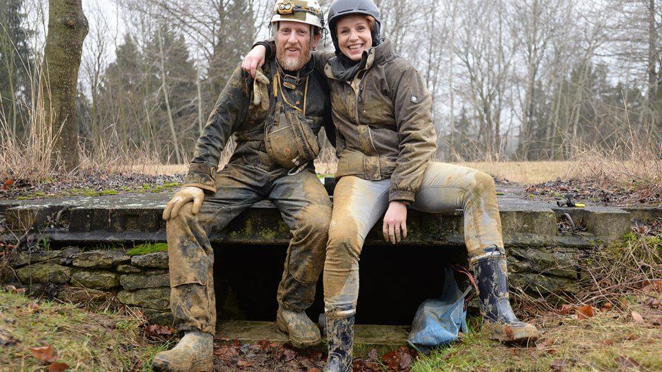 Redaktorka Tereza Brázdová se zoologem Karlem Weidingerem po návratu z počítání netopýrů