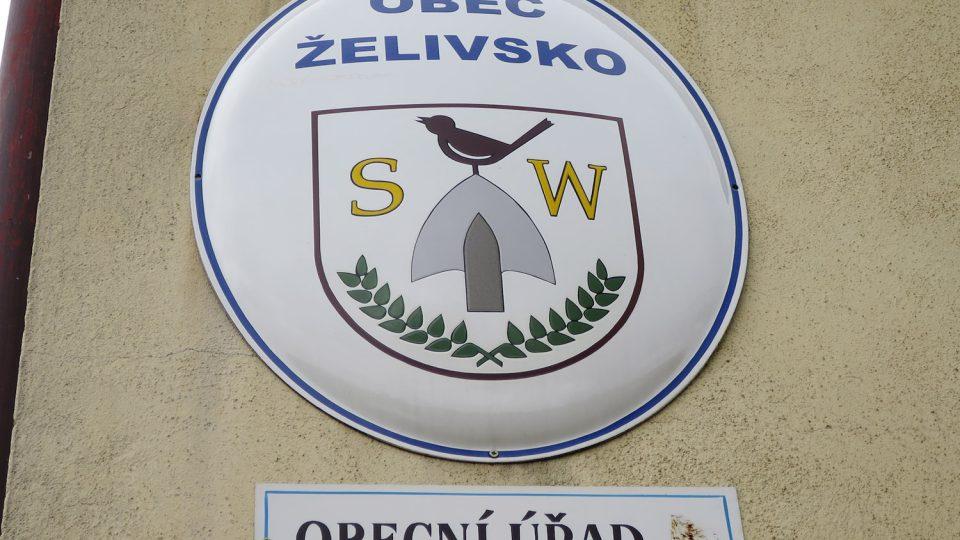 Znak obce na budově bývalé české školy, kde dnes sídlí obecní úřad Foto Tereza Brázdová.JPG