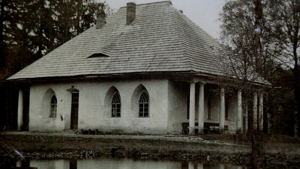 Empírový lovecký zámeček Lusthaus už v Zemské bráně nestojí, vyhořel v roce 1936