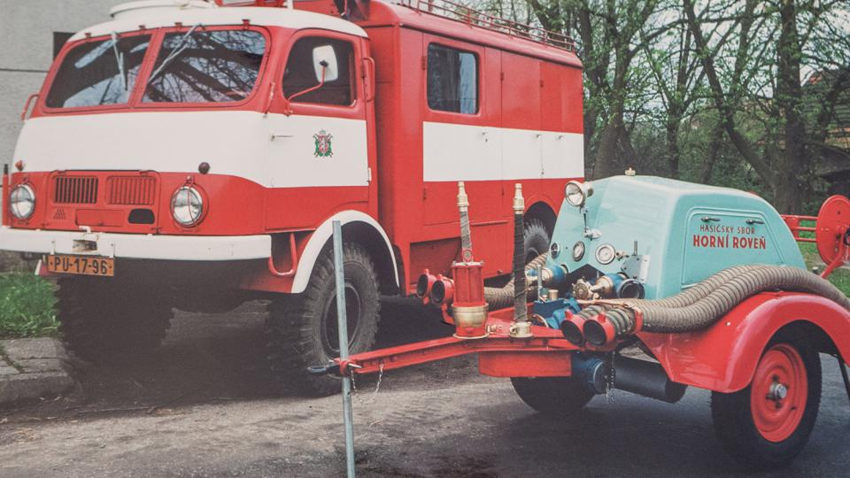 Historická technika v hasičském muzeu, v popředStratílkova stříkačka z roku 1937 a historická Tatra 805 z roku 1957