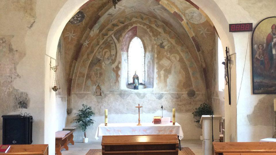 Interiér kostela sv. Mikuláše se vzácnými freskami