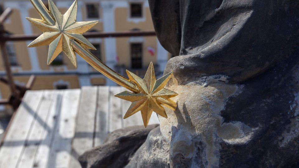 Socha Panny Marie má už pozlacené atributy, koruna okolo hlavy s dvanácti hvězdami symbolizuje dvanáct apoštolů Foto Petr Gláser.jpg