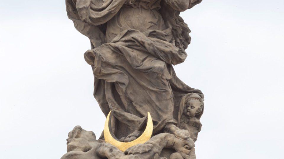 Socha Panny Marie na vrcholu morového sloupu je už zrestaurovaná