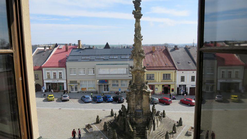 Pohled z okna poličské radnice, horní část sloupu je už zrestaurovaná