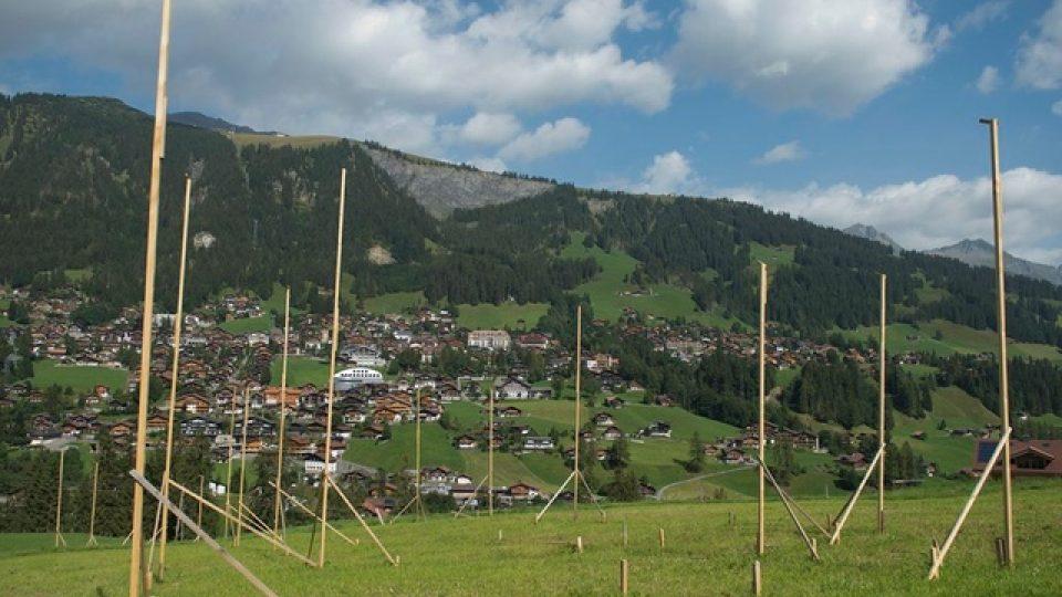 Ukázka vytyčení domu a znázornění jeho obrysů přímo v terénu. Veřejnost a především sousedé tak mohou posoudit, do jaké míry je stavba ovlivní. Švýcarsko