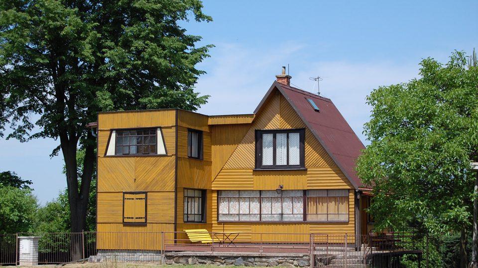 Domy v mnoha případech nectí své okolí a přispívají tak k nesourodosti zástavby. V některých případech si stylově může odporovat i sám dům