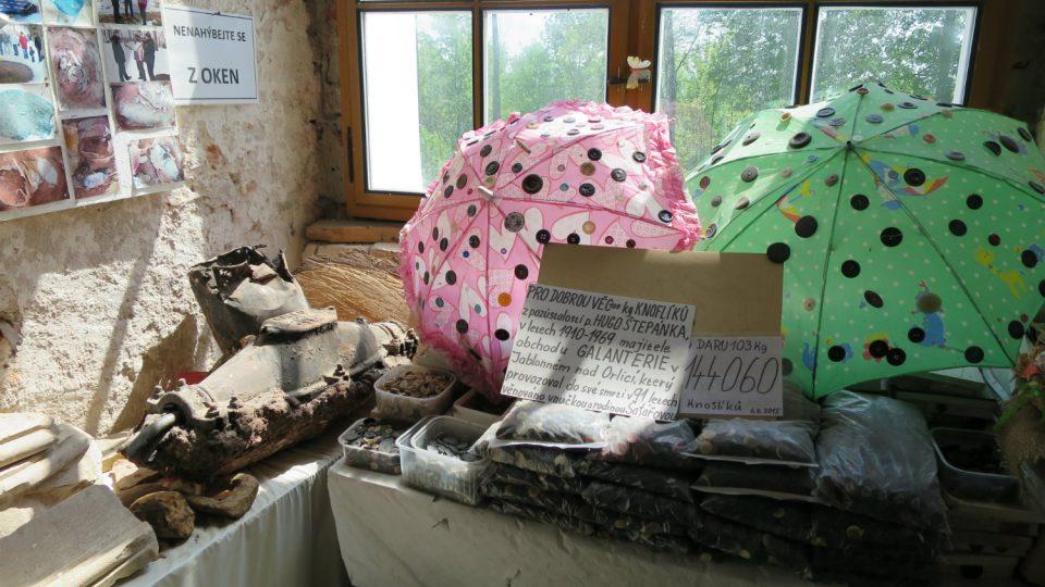 V expozici jsou také knoflíky z pozůstalosti Huga Štěpánka, obchodníka s galanterií v Jablonném nad Orlicí