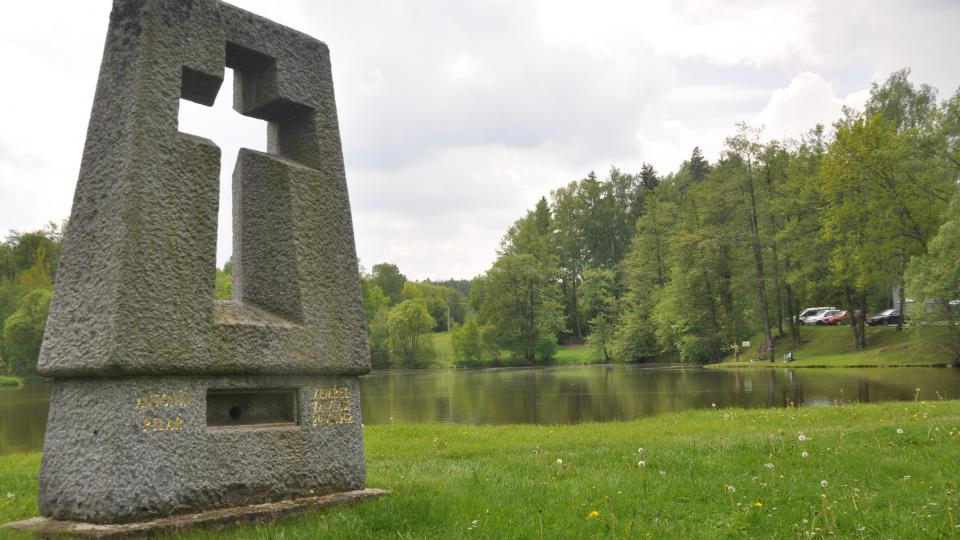 Na místě vypálených domů stojí kamenné pomníčky