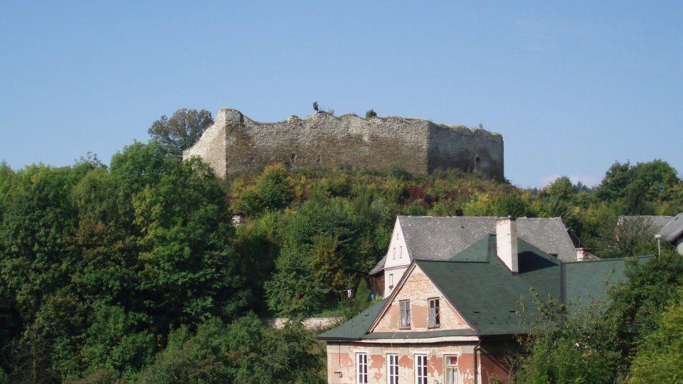 Mezi Ústím nad Orlicí a Letohradem ve východních Čechách se tyčí na vysokém kopci zřícený hrad Lanšperk