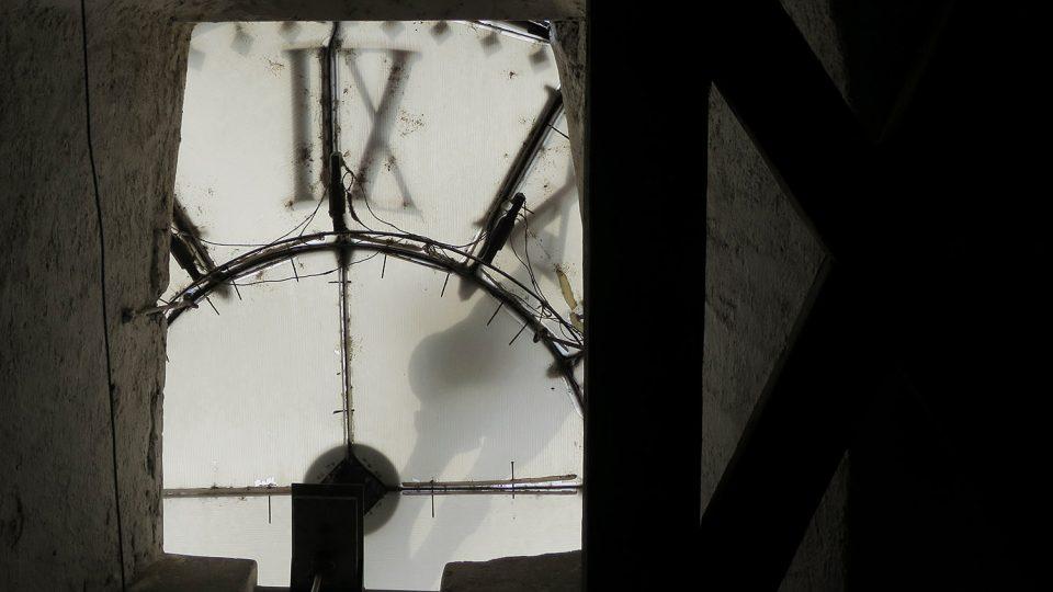 Ciferníkem hodin, které se na věži poprvé objevily v roce 1760, prosvítá slunce