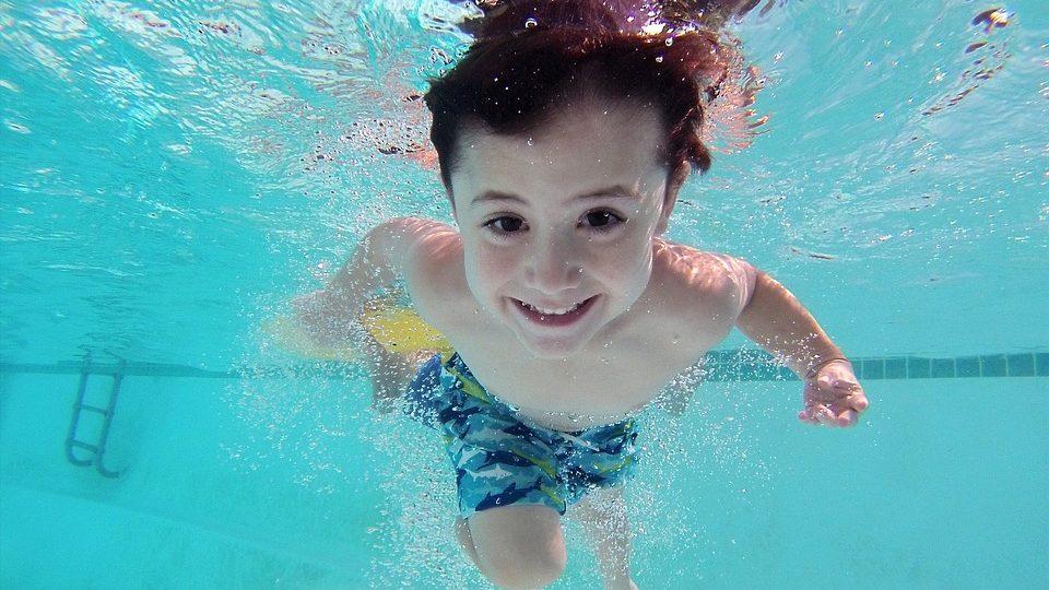 Nejvíc zábavy si v bazénu užijí asi děti, které by ale měly být pod dohledem dospělých