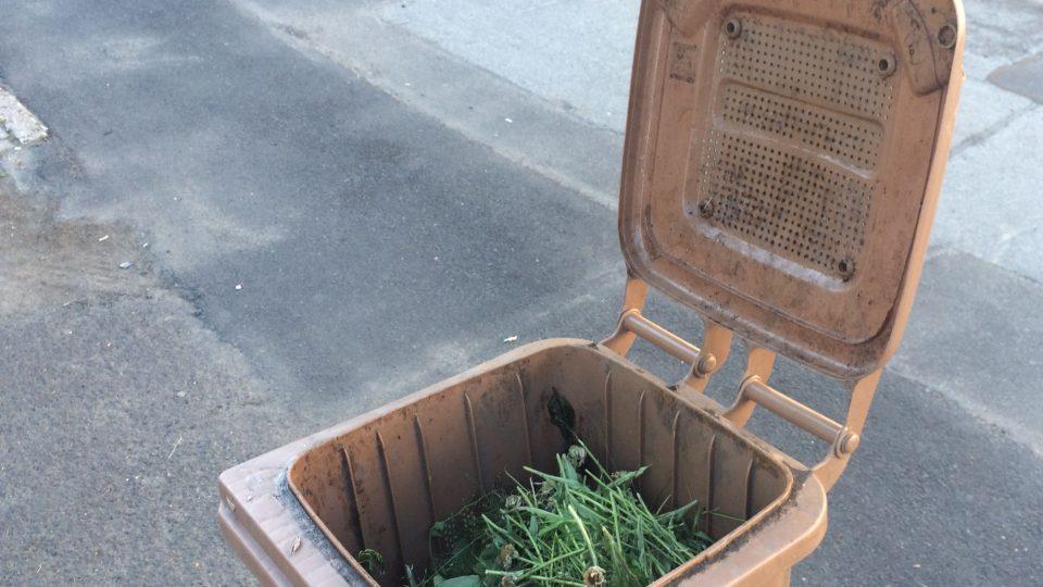 Popelnice na kompost má rošt a odvětrávání