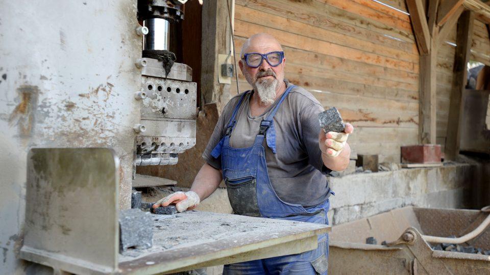 Jiiří Chvojka vyrábí dlažební kostky na čelisťové štípačce