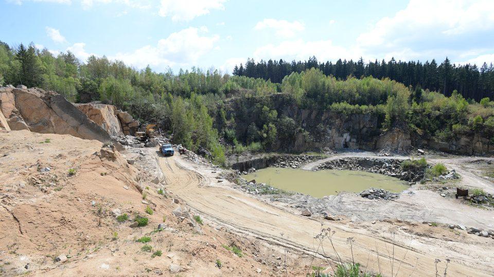V lomu u Ctětína se těží žula, přesněji granodiorit