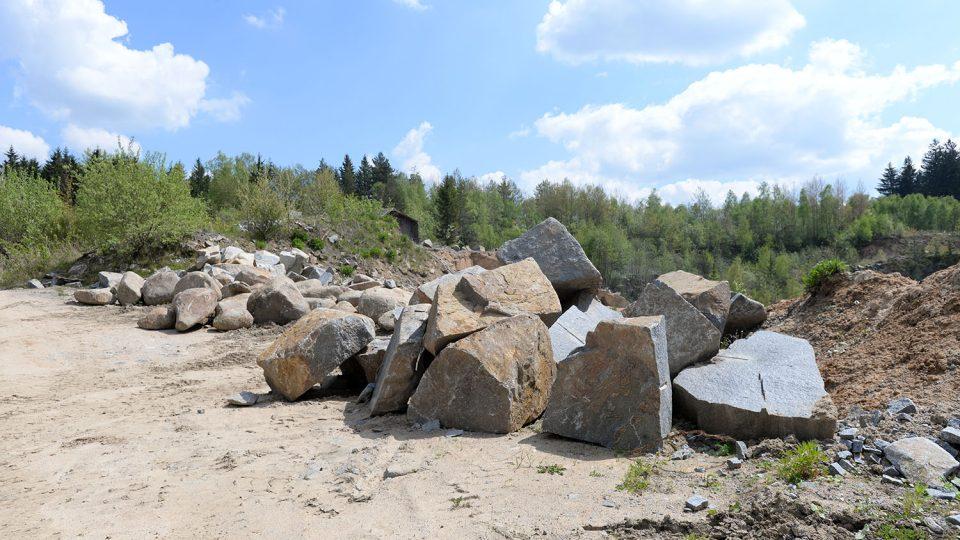 Vytěžené žulové bloky slouží k výrobě dlažebních kostek nebo pro zahradní architekturu