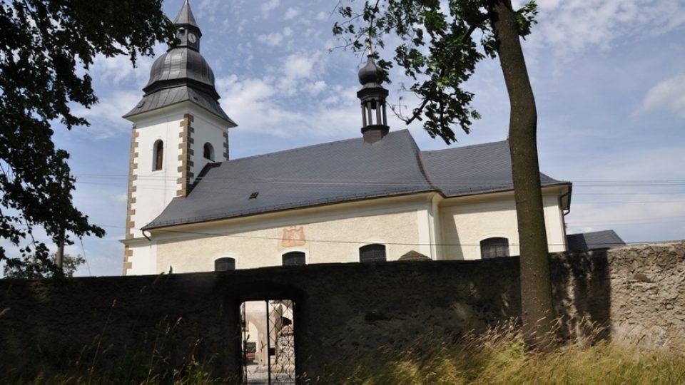 Kostel byl postaven původně bez věže, pro zvony postavili dřevěnou zvonici