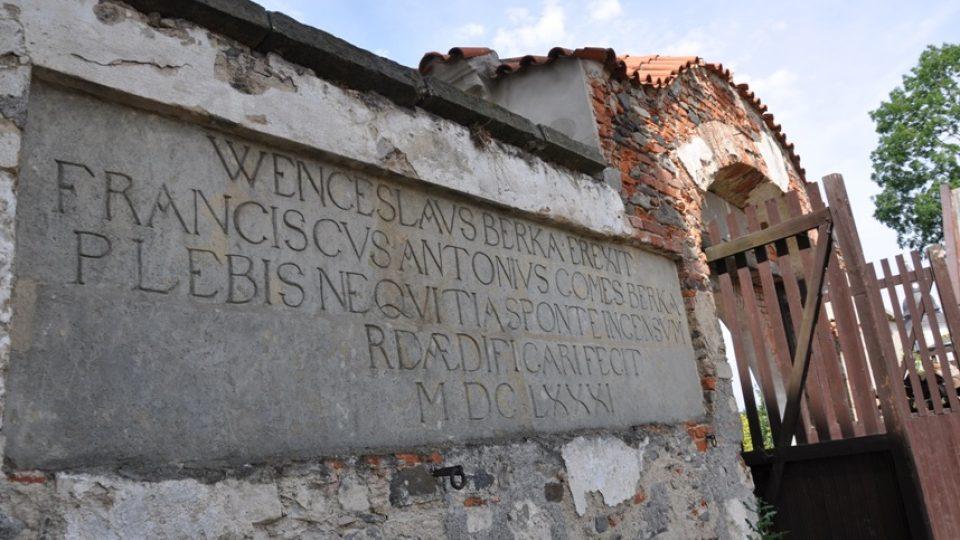 Na vnitřní straně Panského dvoru se dochoval nápis z dob vlastnictví rodu Berků