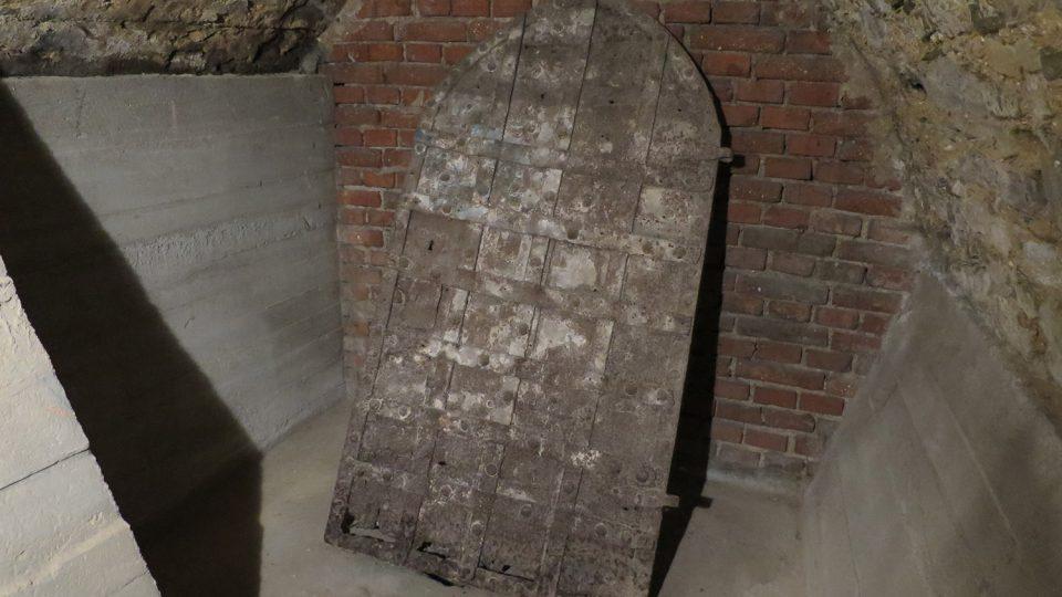 V druhém sklepním patře ze 16. století jsou uskladněné kované dveře., ty jsou ale mladší