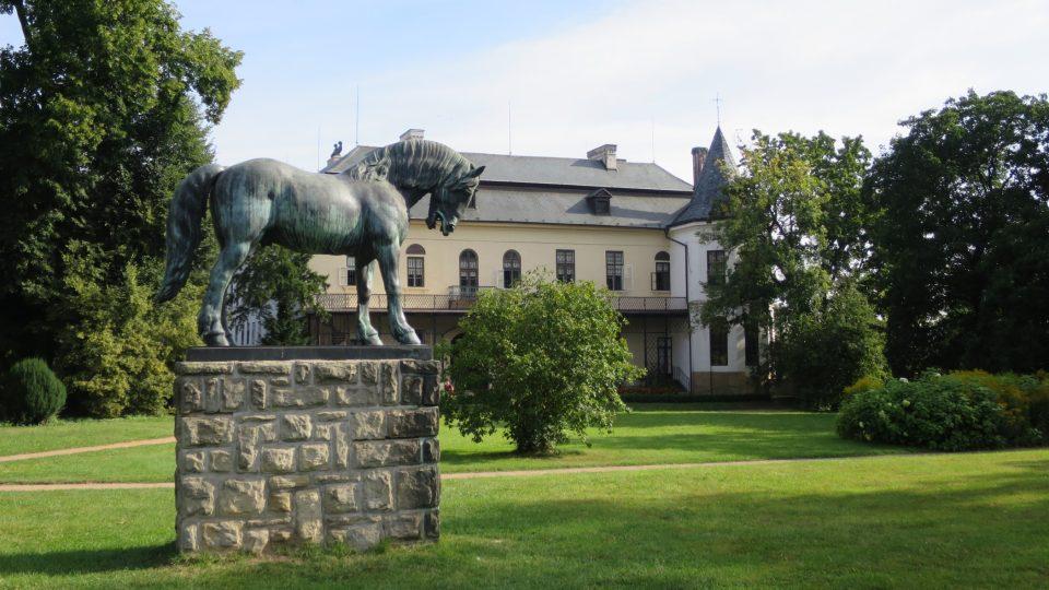 Socha starokladrubského koně v zámeckém parku ve Slatiňanech