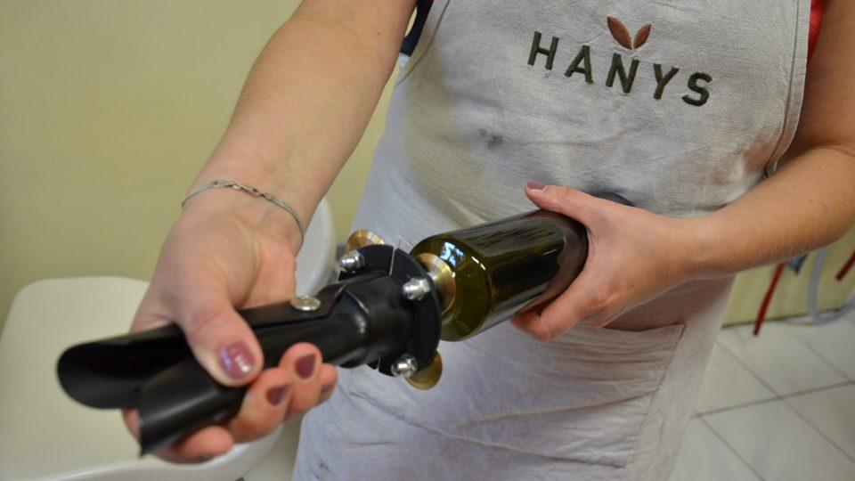 Šroubový uzávěr na lahvičce se uzamkne speciálním zařízením