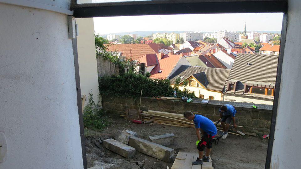 Archeologové pracují na terasách Mydlářovského domu v Břetislavově ulici