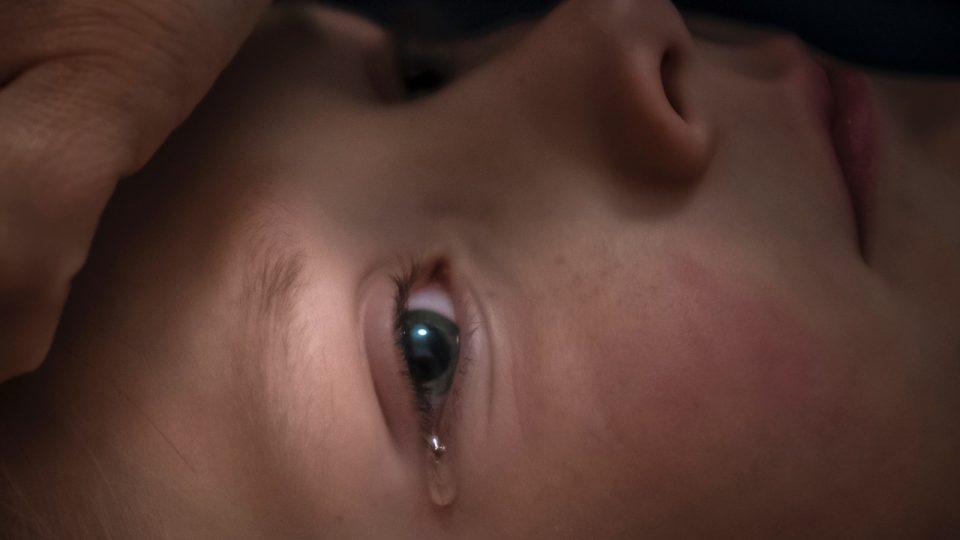 Pláč při vytahování žvýkačky z vlasů, kterou si Šimon nevědomky zamotal při hraní na tabletu